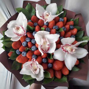 Букет из ягод и орхидей