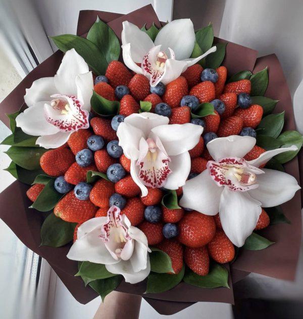 Букет из ягод и орхидей — Орхидеи
