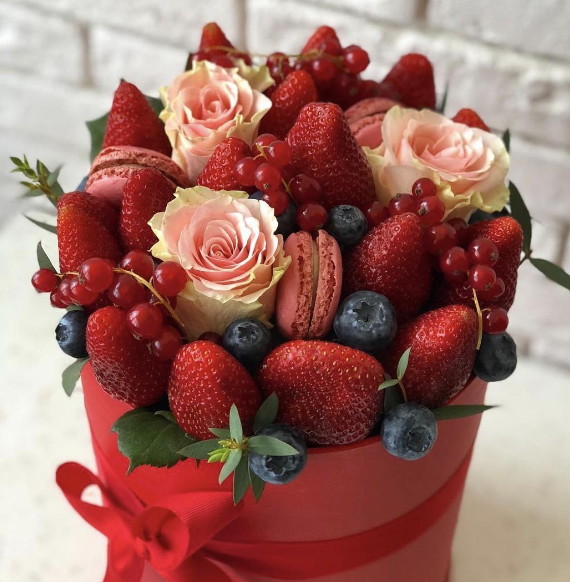 Шикарный букет из алых роз фото гостиные совмещают