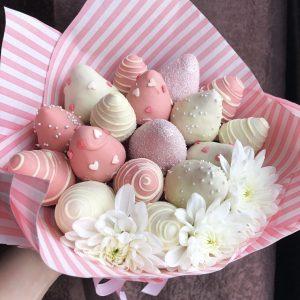 Букет из клубники в шоколаде и цветов — Букеты из клубники