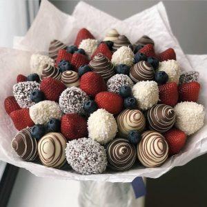 Букет из клубники в шоколаде и голубики — Букеты из клубники