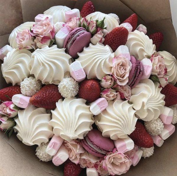 Букет из клубники и сладостей — Букеты из клубники