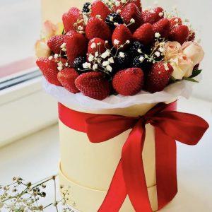 Коробка из клубники и цветов — Букеты из клубники