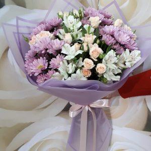 Букет из кустовых роз и альстромерий