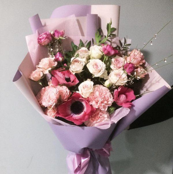 Букет из анемонов и роз