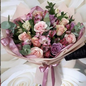 Нежный букет из альстромерий и роз