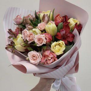 Букет тюльпанов и альстромерий — Альстромерии