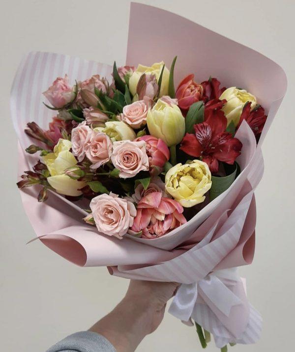 Букет тюльпанов и альстромерий
