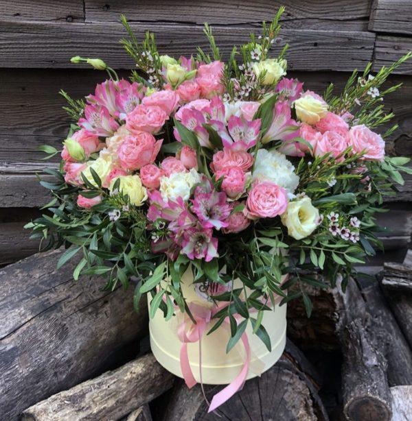 Шляпная коробка с альстромериями и розами