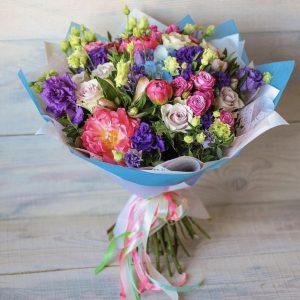 Букет из кустовых роз и эустом