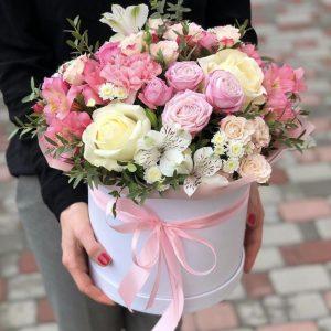Шляпная коробка из роз и альстромерий — Альстромерии