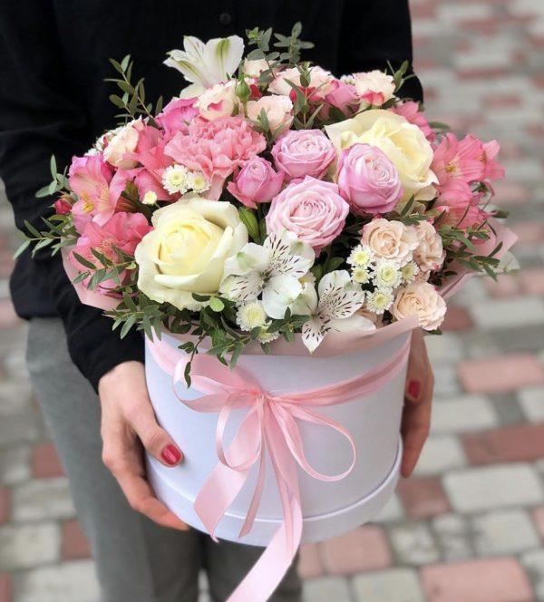 Шляпная коробка из роз и альстромерий