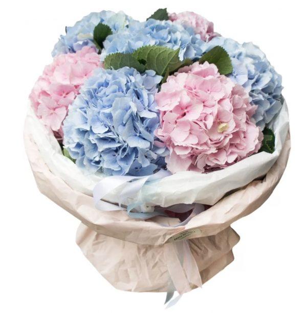 Букет из голубых и розовых гортензий