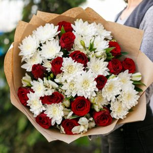 Букет из красных роз и альстромерий — Альстромерии