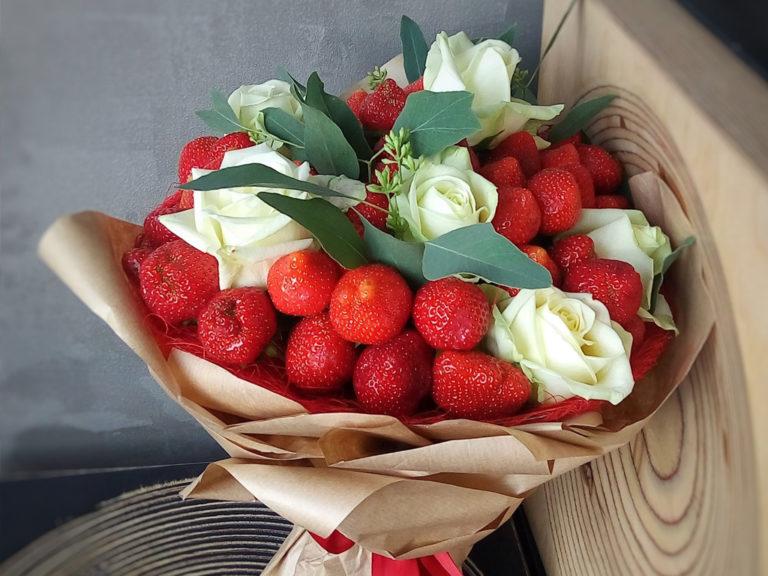 Букет из ягод и цветов: причины популярности и как составить самостоятельно?