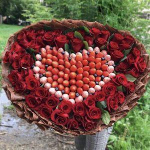 Огромный букет из роз и клубники — Композиции