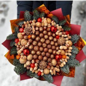 Яркий новогодний букет из орехов — Мужские букеты