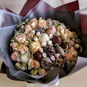 Сладкий букет из роз и шоколада — Букеты цветов