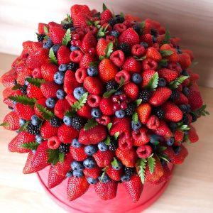 Большой букет из ягод в коробке — Композиции