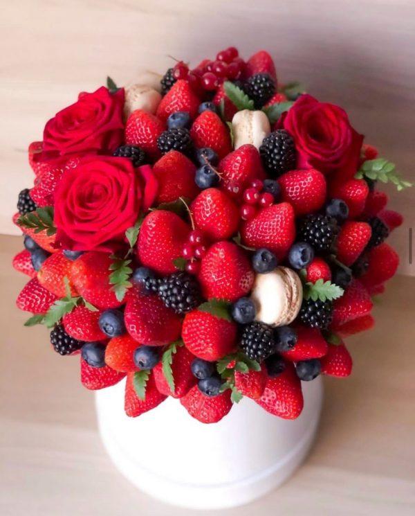 Букет с розами и ягодами «Джулия» — Композиции