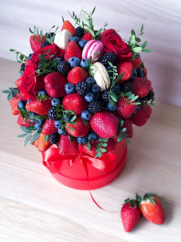 Букет в шляпной коробке из ягод — Композиции