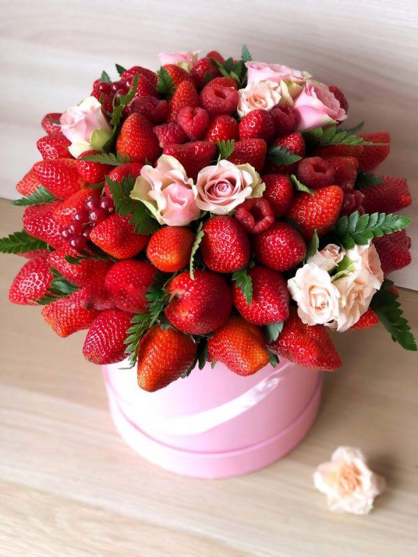 Сладкий ягодный флобокс с розами — Композиции