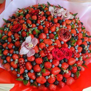 Букет «Космос» из ягод и орхидей — Акции и скидки