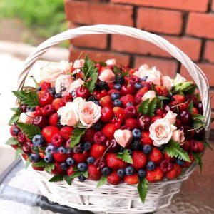 Корзина из ягод и роз «Эмили» — Съедобные букеты