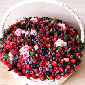 Огромная корзина из ягод и роз — Съедобные букеты