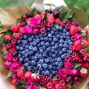 Букет «Космос» из ягод и роз — Акции и скидки