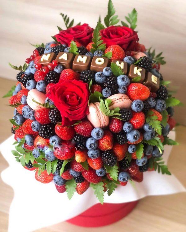 Коробка «Мамочке» с ягодами и цветами — Композиции