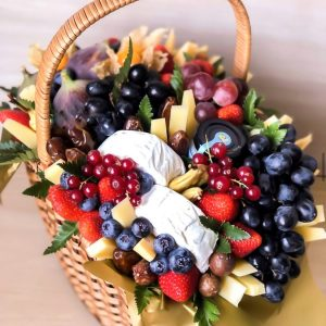 Корзина из ягод и сыра — Акции и скидки