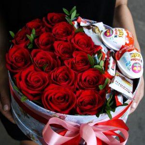 Коробка из роз и киндеров — Композиции