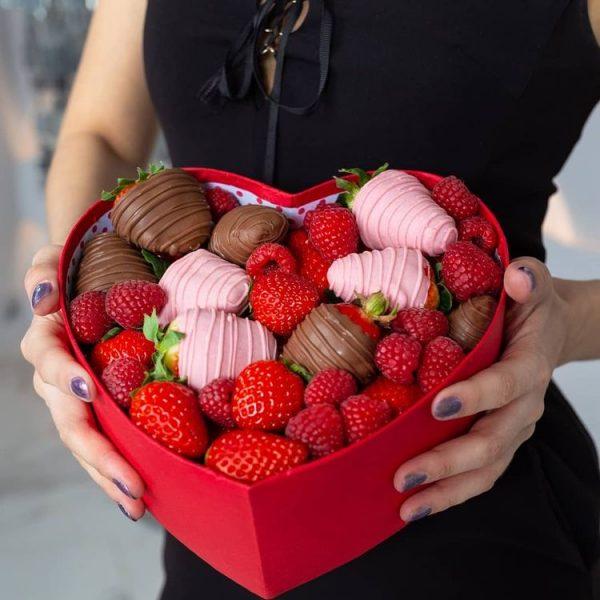 Коробка с ягодами и шоколадом — Композиции