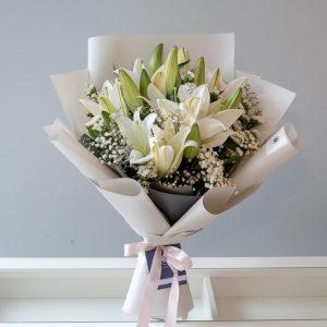 Букет из лилий и гипсофилы — Букеты цветов